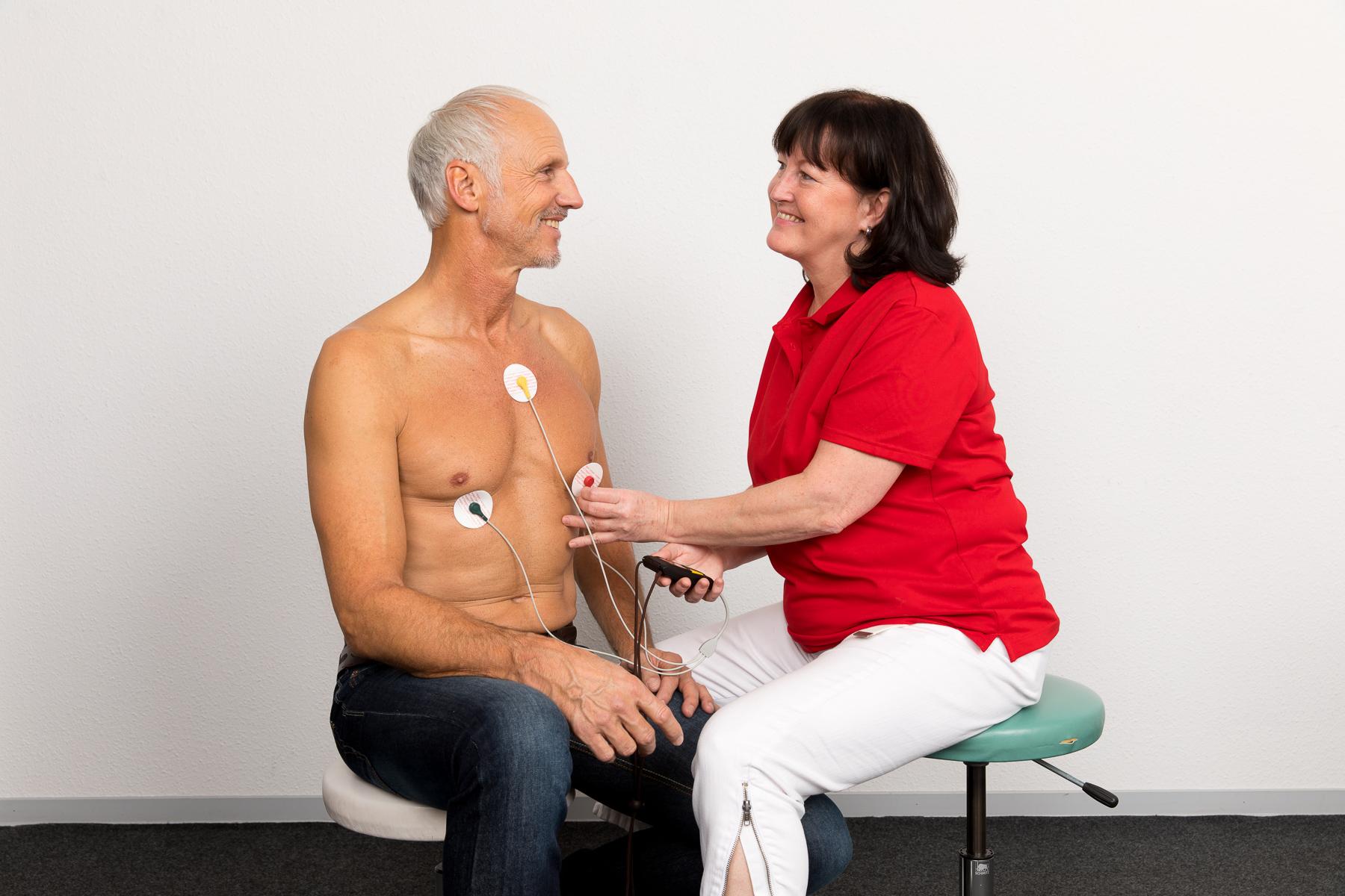 Kerstin legt ein Langzeit-EKG an