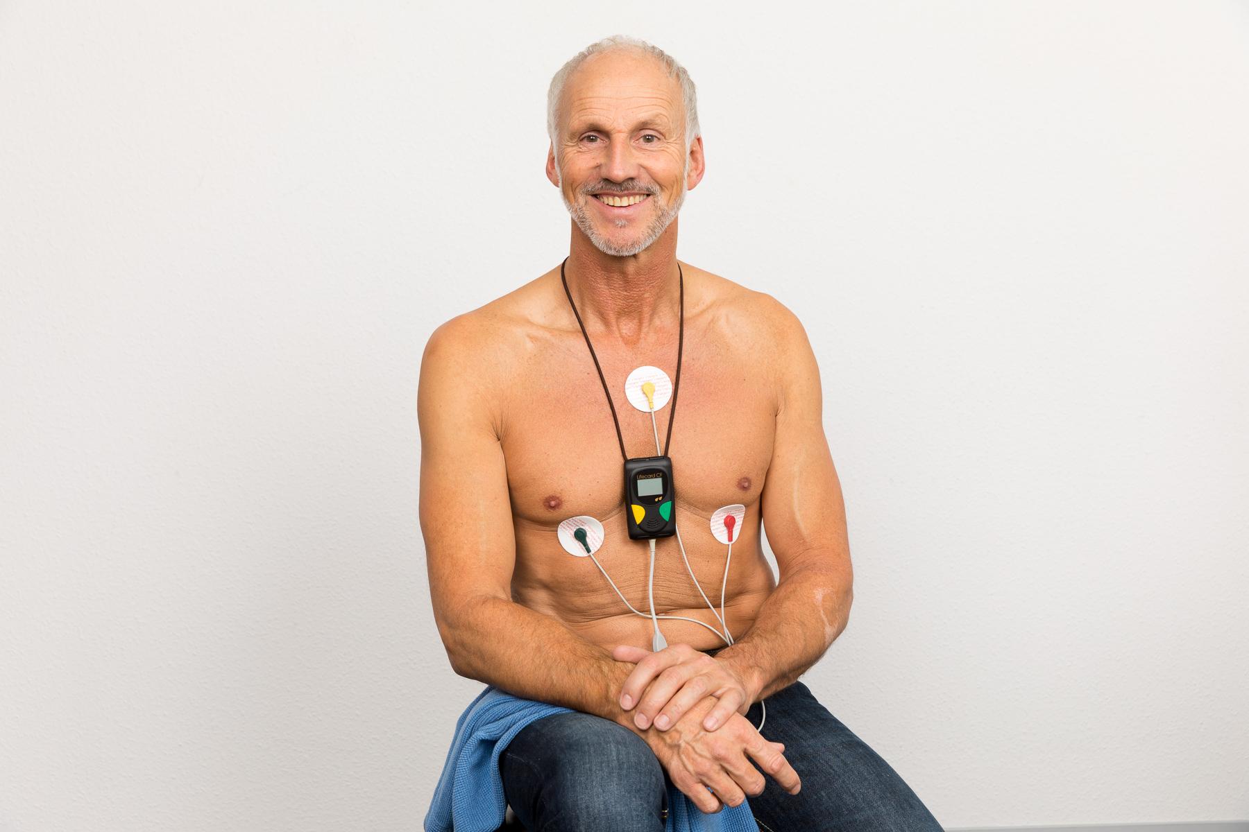 Patient mit angelegten Langzeit-EKG