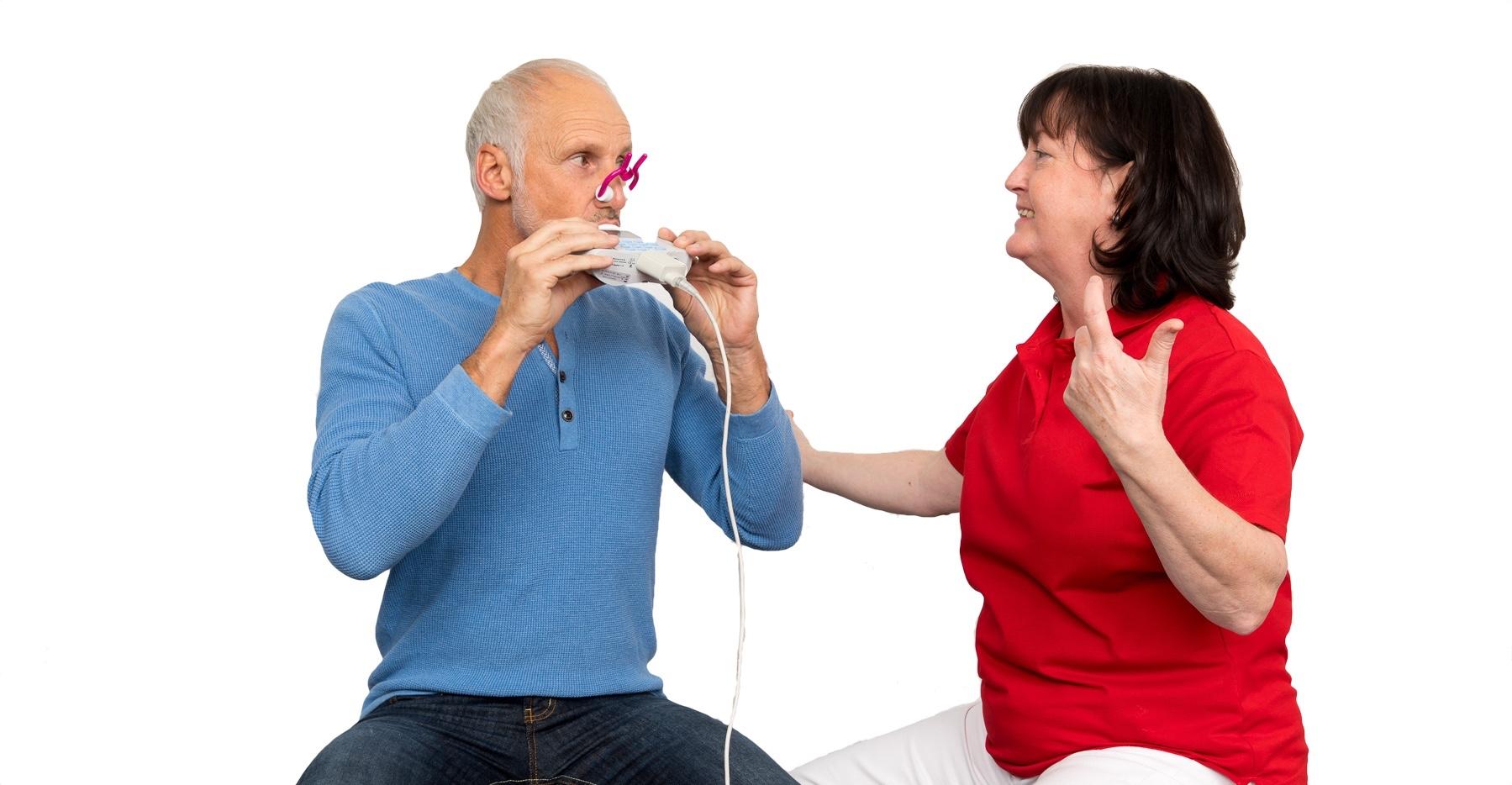 Kerstin führt mit einem Patienten einen Lungenfunktionstest durch