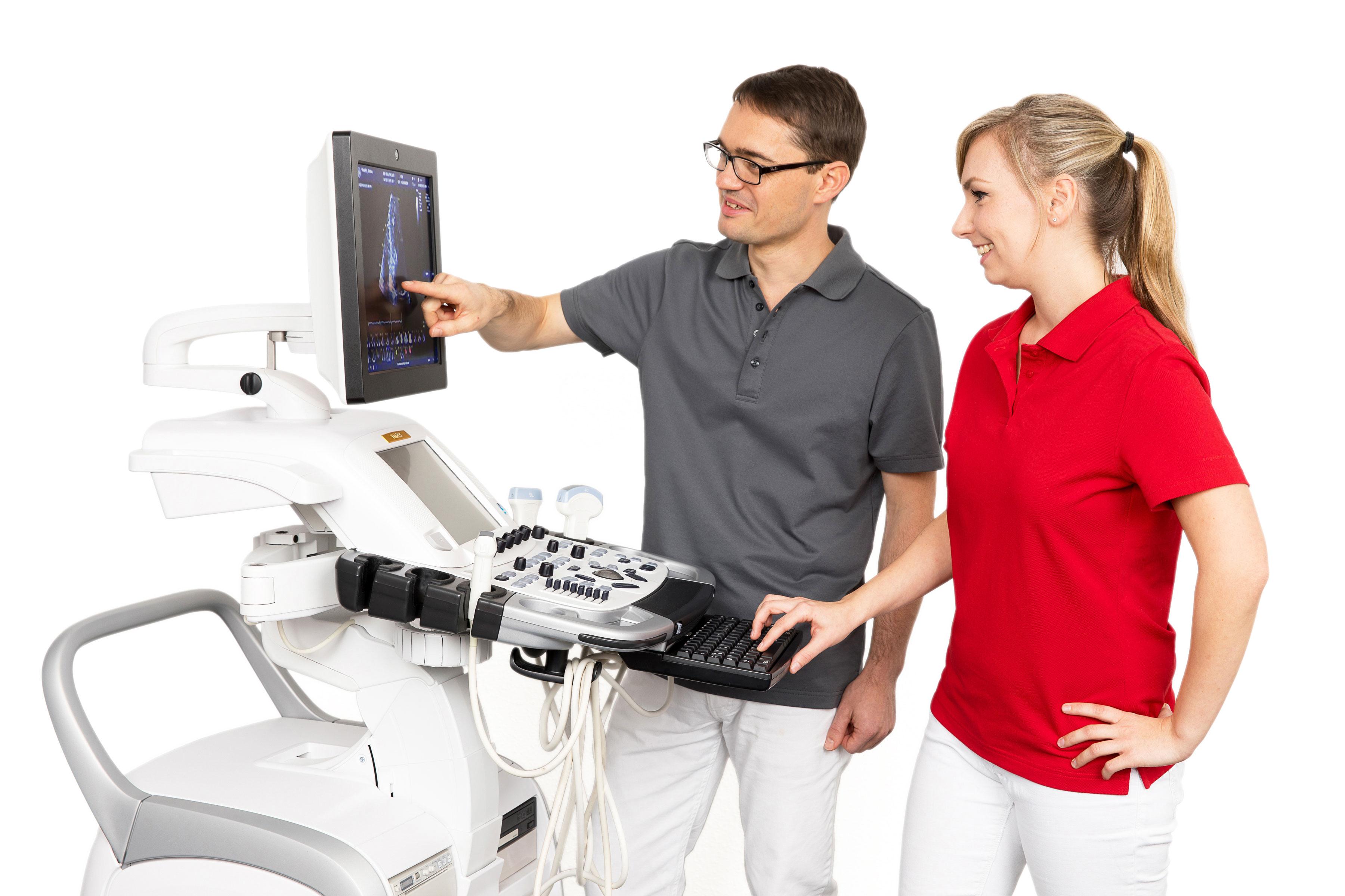 Jennifer und Dr. Weinrich zur Vorbereitung für eine Echokardiographie