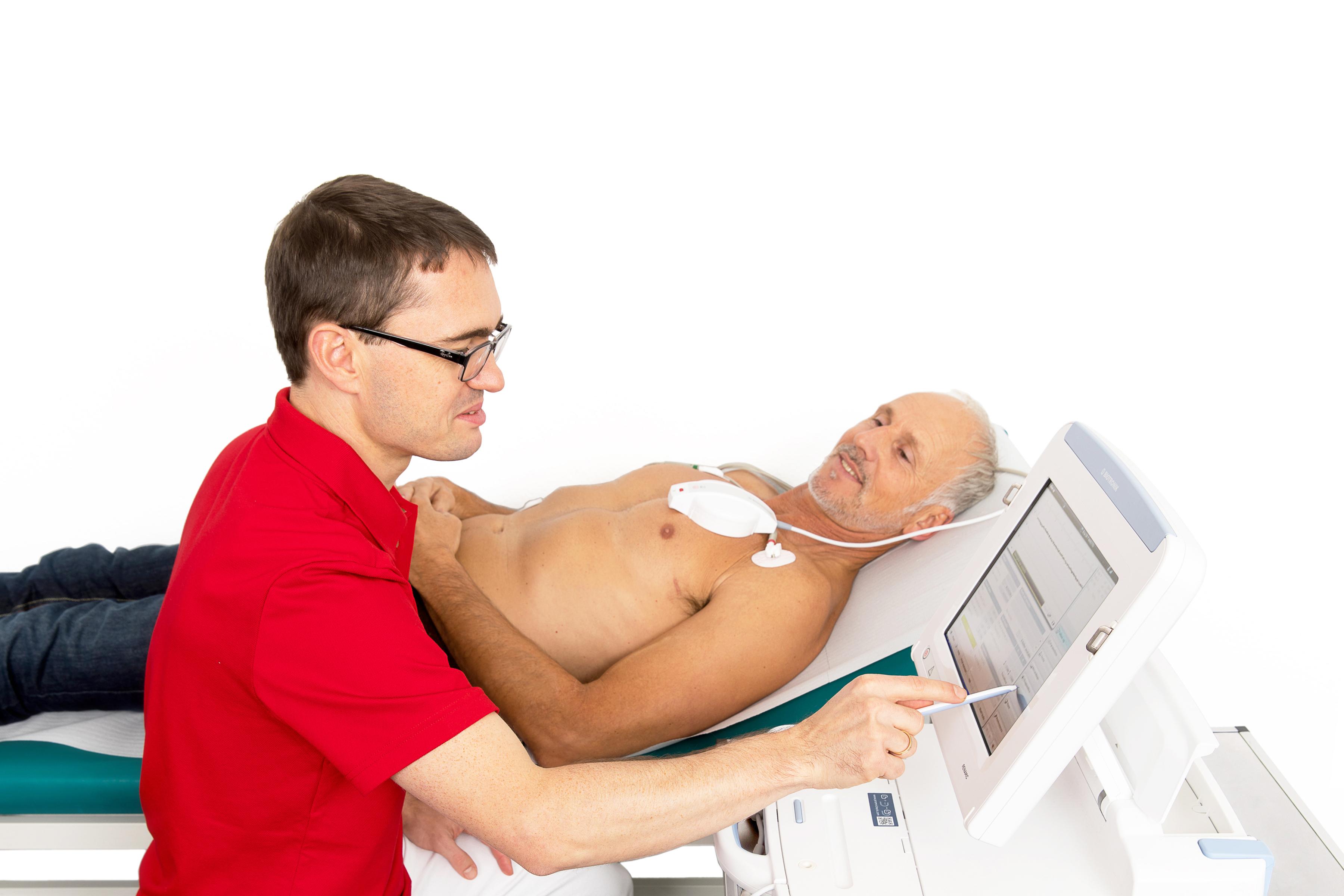 Dr. Daniel Weinrich während einer Ultraschalluntersuchung vom Herzen